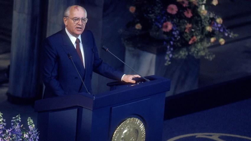 Gorbatchov durante discurso ao receber Nobel da Paz, em Oslo, 1990