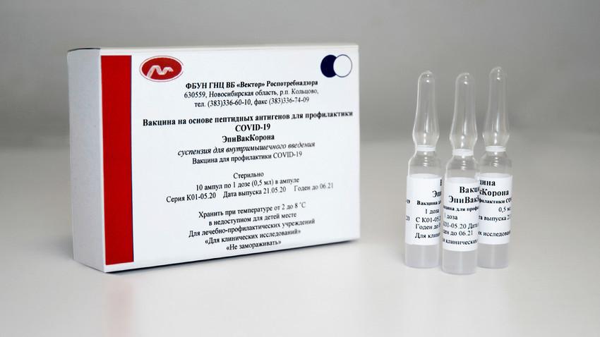 """Вакцината против коронавирус """"ЕпиВакКорона"""" настана во Државниот научен центар за вирологија и биотехнологии """"Вектор"""" на """"Роспотребнадзор""""."""