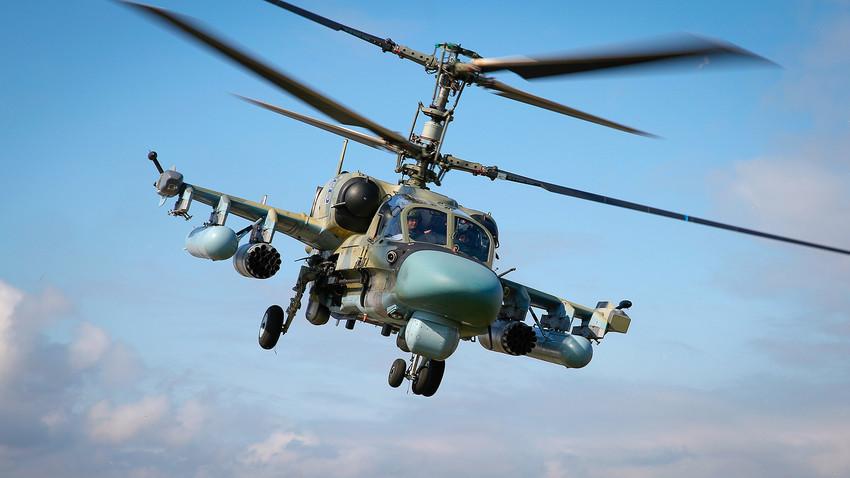 """Јуришен хеликоптер Ка-52 """"Алигатор"""" за време на """"Авиадартс-2019"""" во Краснодарскиот крај"""