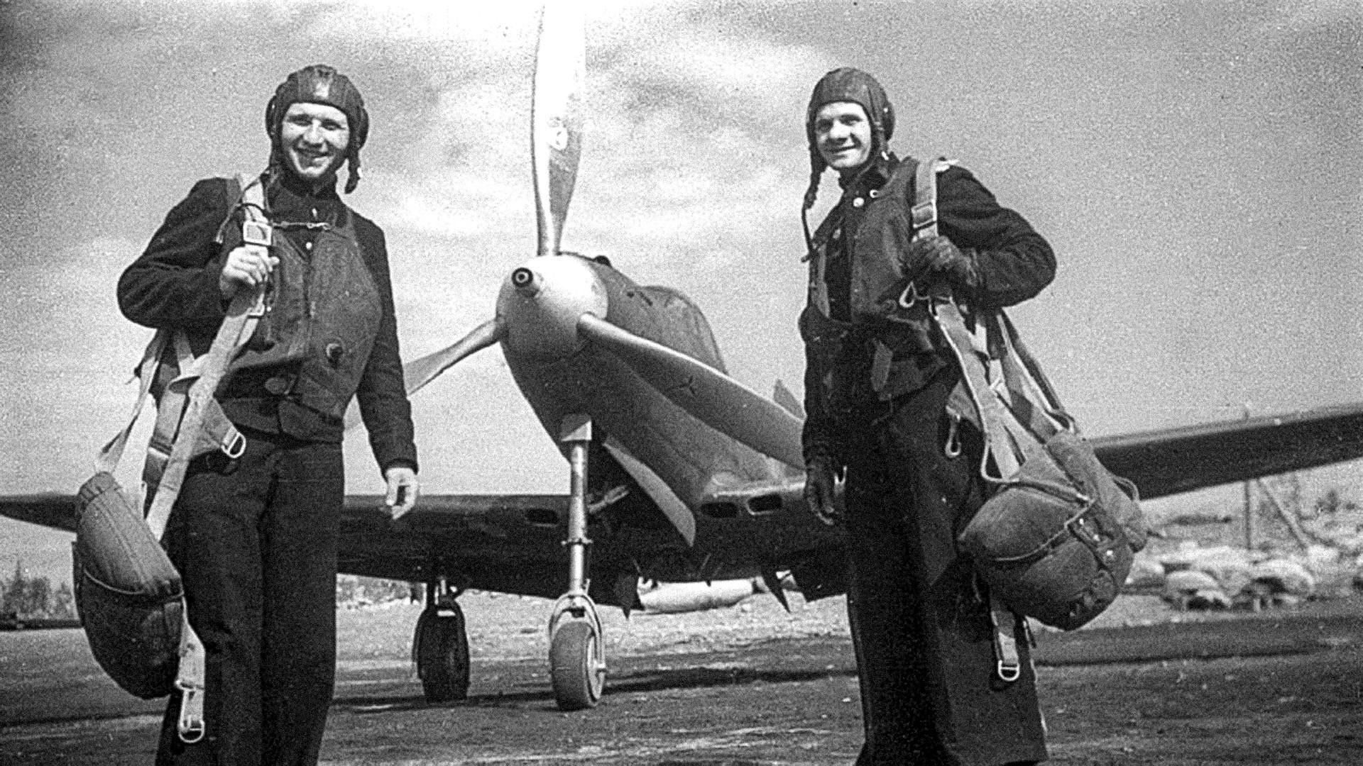 Летци от 2-ри Гвардейски истребителен авиаполк на ВВС на Северния флот Иван Грудаков (ляво) и Николай Диденко в самолет Р-39 (Bell P-39 Airacobra).