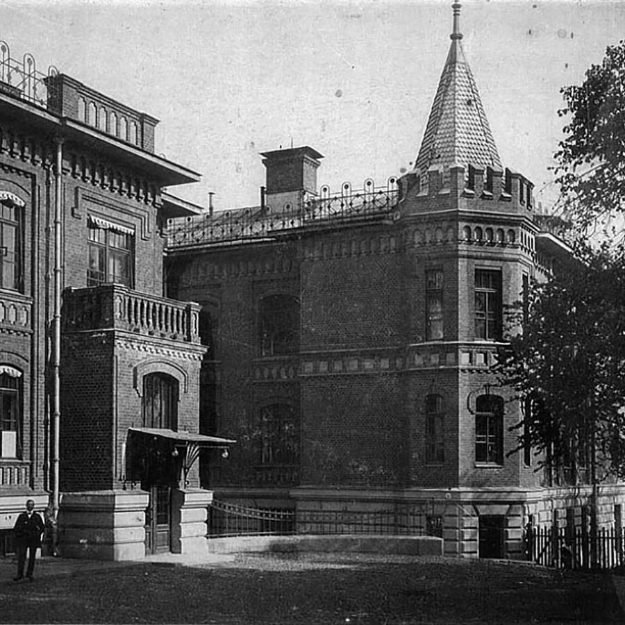 Gebäude des ehemaligen Evangelisch-Lutherischen Krankenhauses, wo sich jetzt die Abteilung für Hirnforschung des Wissenschaftlichen Zentrums für Neurologie der Russischen Akademie der Medizinischen Wissenschaften befindet und wo Lenins Gehirn aufbewahrt wird.