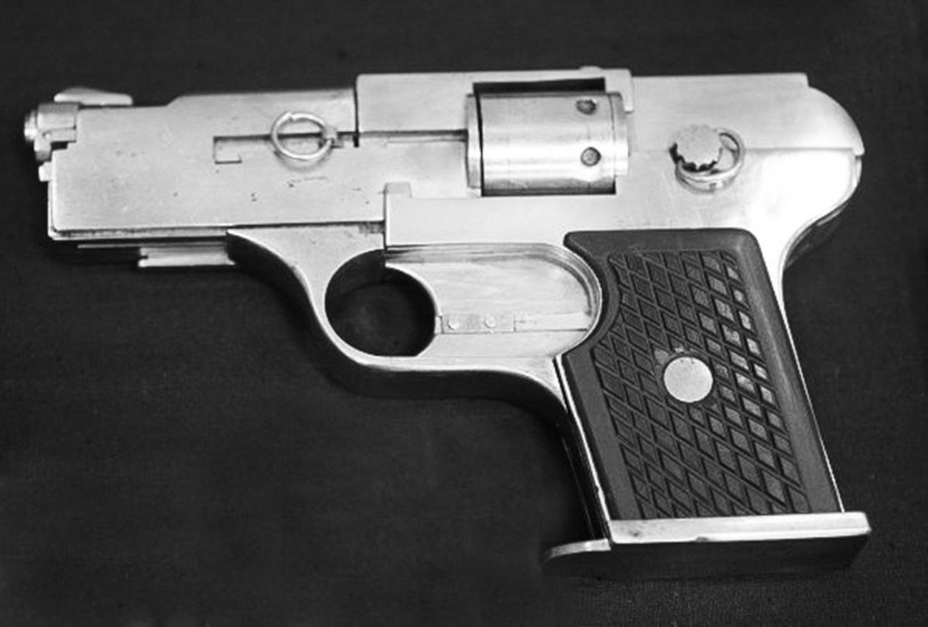 Еден од првите пиштоли од рачна изработка од арсеналот на бандата.