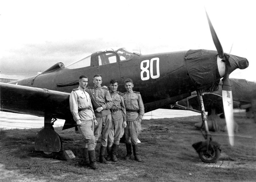 P-39戦闘機「エアラコブラ」の前に立ている第101戦闘機航空連隊のパイロットたち
