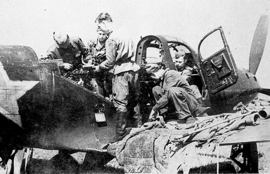 ソ連の航空機技師はP-39戦闘機を修理する。
