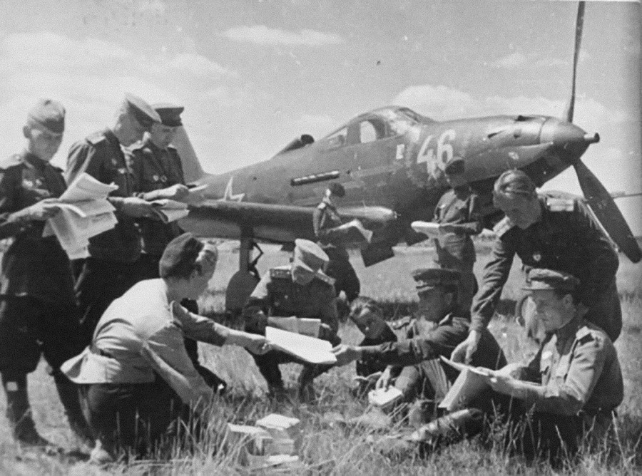 飛行場で郵便物を受けるソ連の兵士