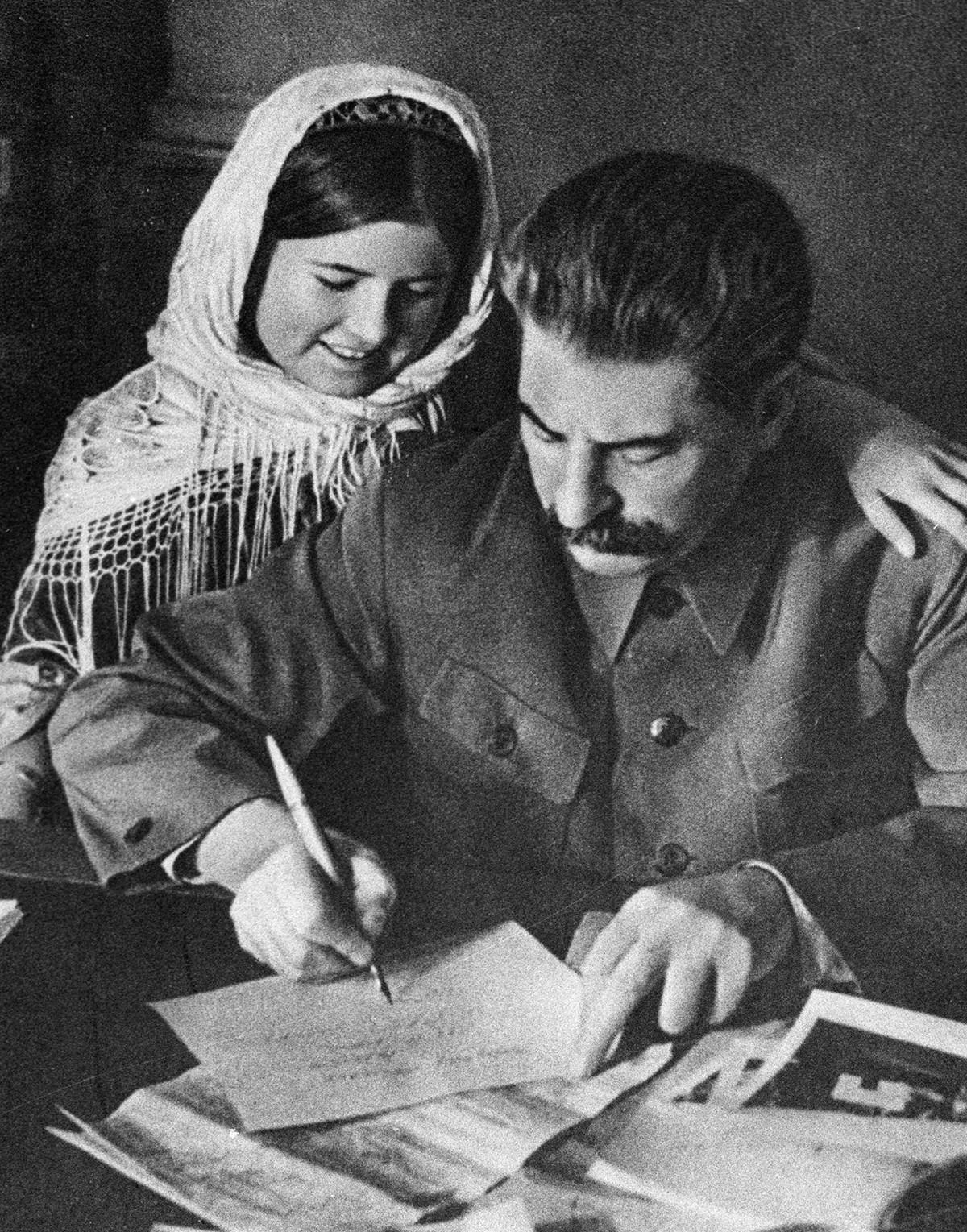 Joseph Staline et une fille tadjike qui s'est ditinguée pendant les récoltes du coton.