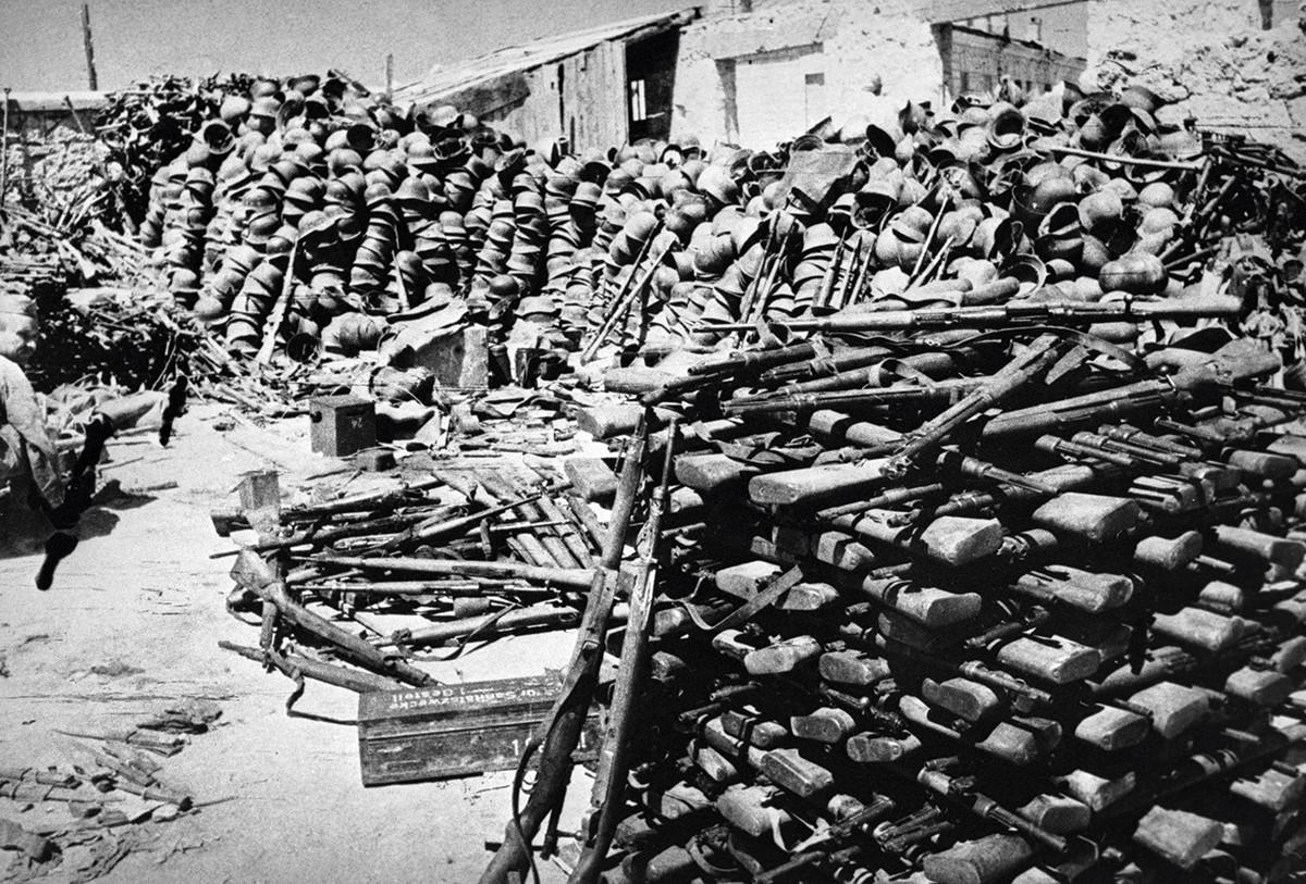 Casques et armes restés après que les troupes nazies ont été écrasées dans la région de Sébastopol.