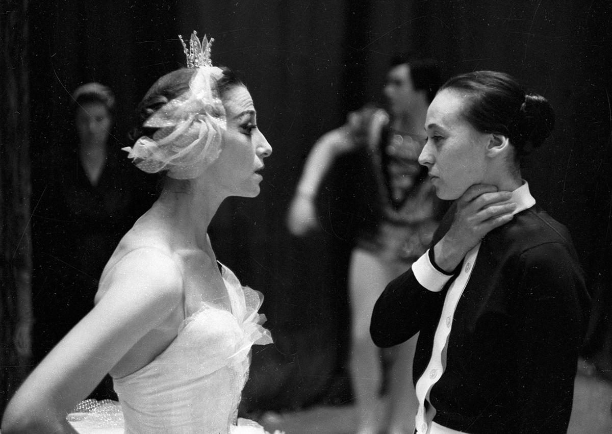 La grande danseuse de ballet Maïa Plissetskaïa (à gauche)