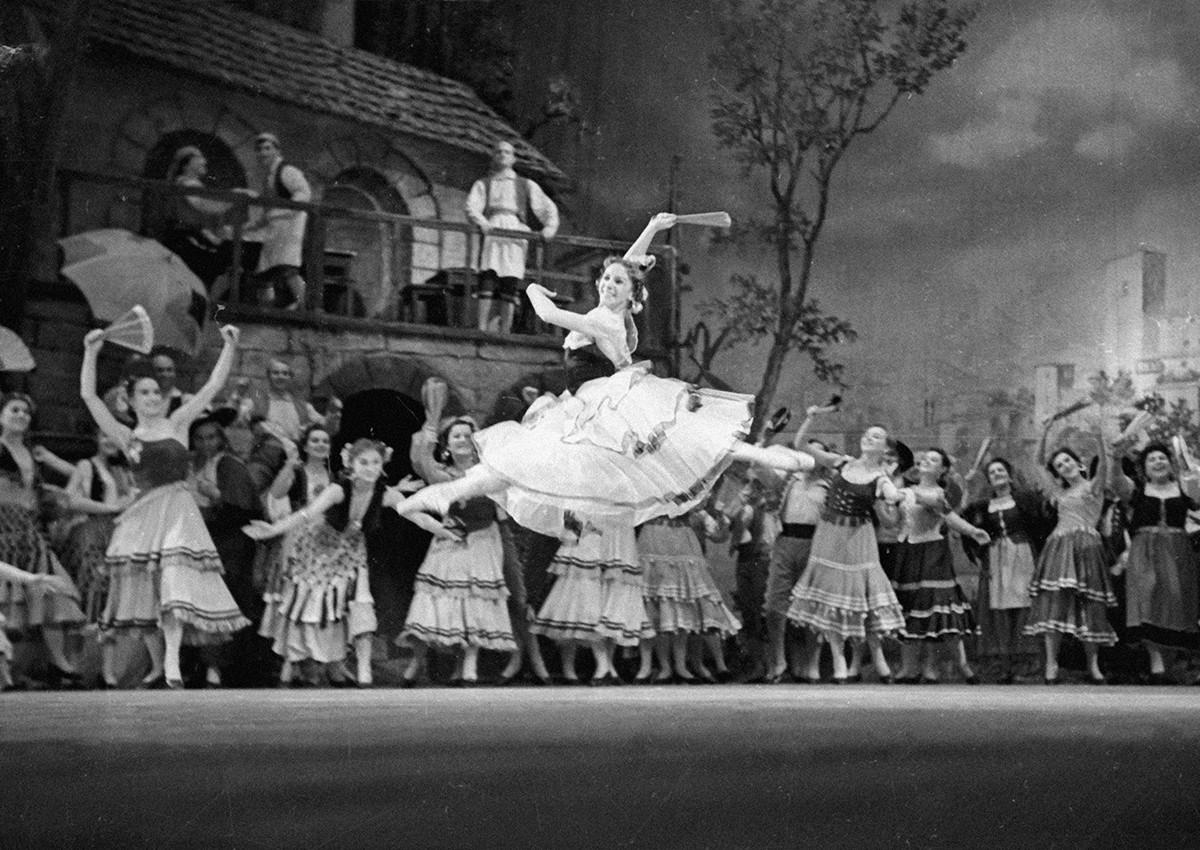 L'artiste du peuple de l'URSS Olga Lepechinskaïa brillant dans le ballet Don Quichotte sur la scène du Bolchoï.