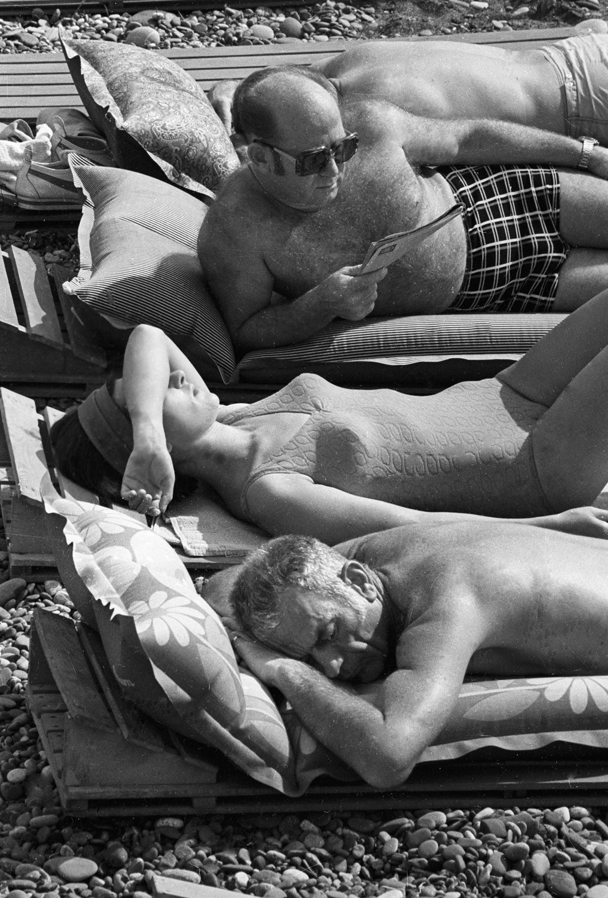 Les membres d'équipages de Soyouz-19 et Appolo, Alexeï Leonov et Donald Slayton, sur la plage de Sotchi en compagnie de l'épouse du cosmonaute soviétique