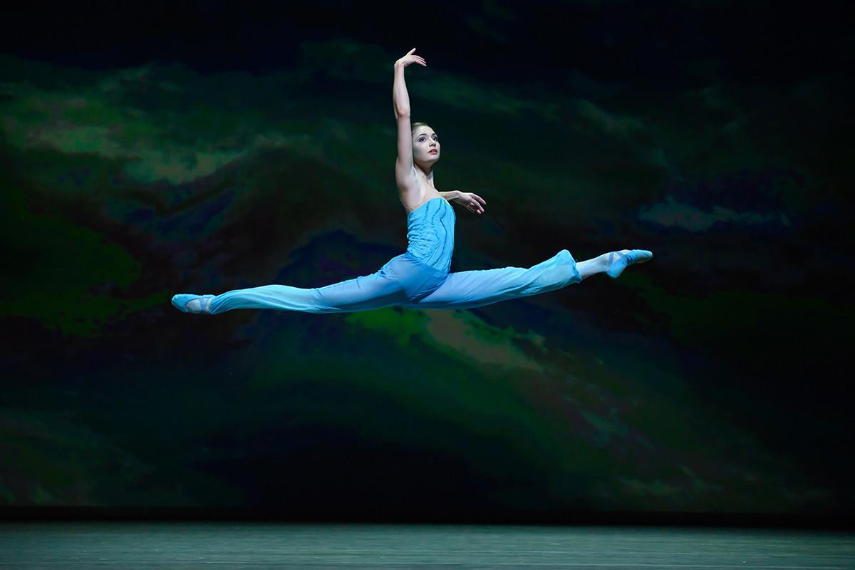 1幕もののバレエ「The Ninth Wave」(第九の波)のプレミア公演で演技するアリョーナ・クロヴァリョーワ