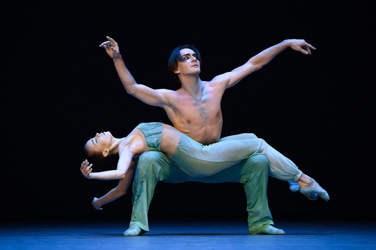 バレエ「The Ninth Wave」で演技するエカテリーナ・クルィサノワとウラジスラフ・ラントラートフ