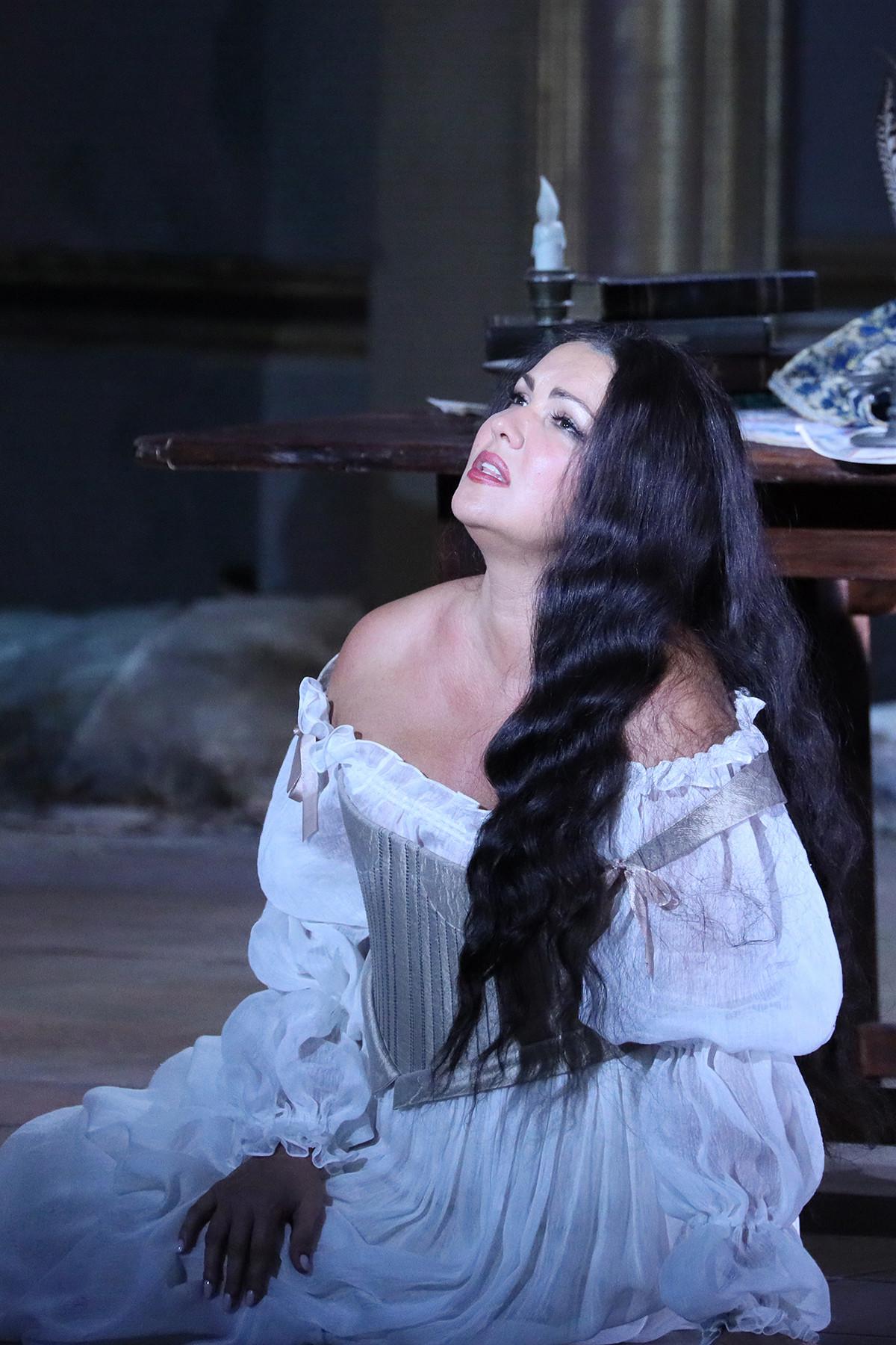 オペラ「ドン・カルロ」で歌うアンナ・ネトレプコ