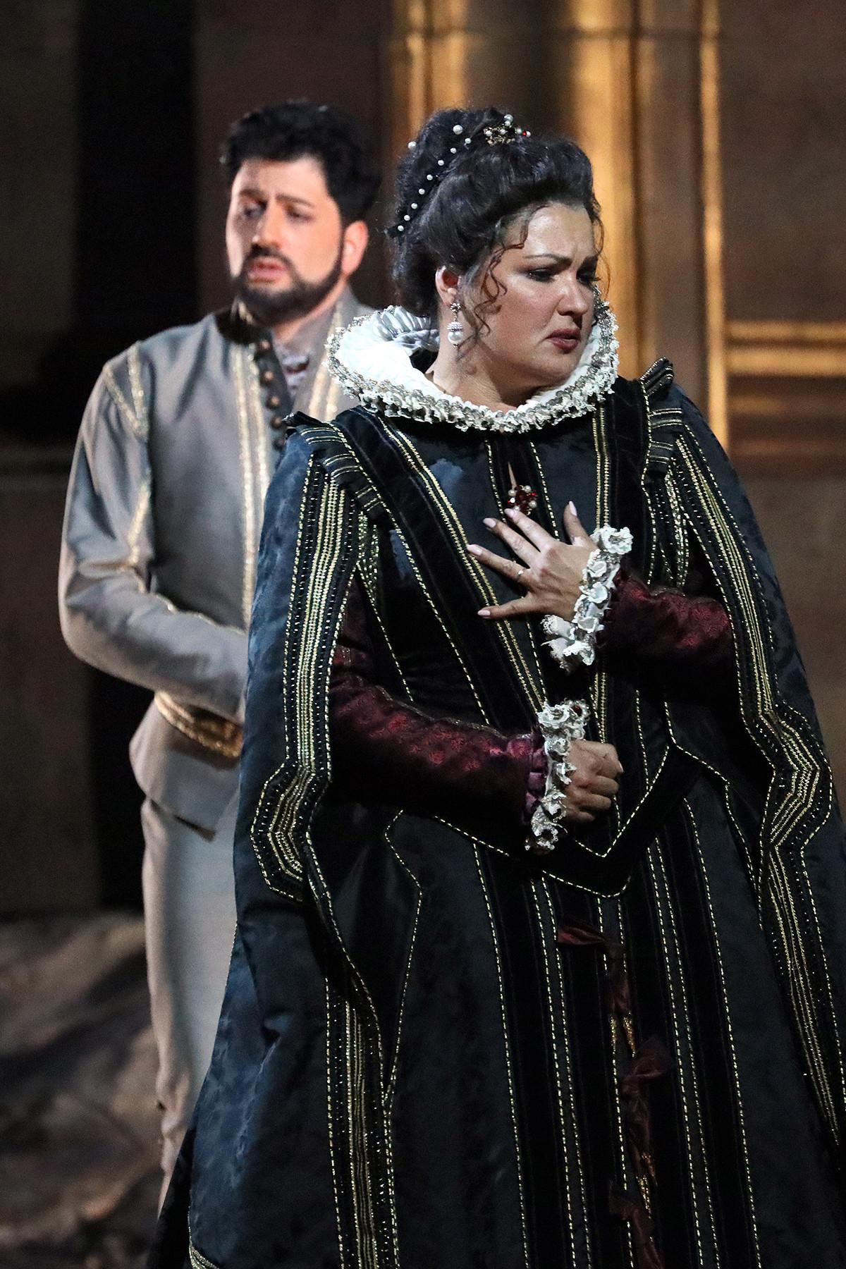オペラ「ドン・カルロ」で演じるアンナ・ネトレプコとユシフ・エイヴァゾフ