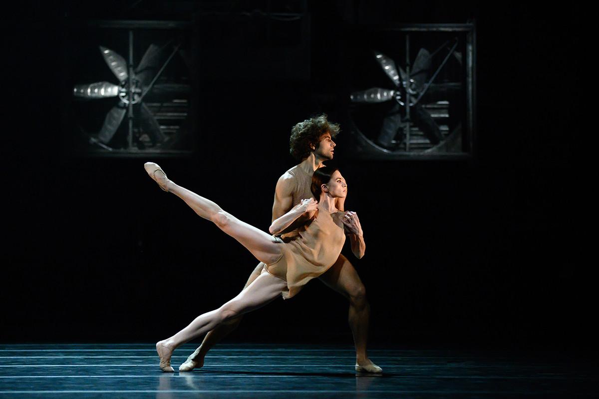 バレエ「Just」で演技するマリヤ・ヴィノグラードワとイーゴリ・ツヴィルコ