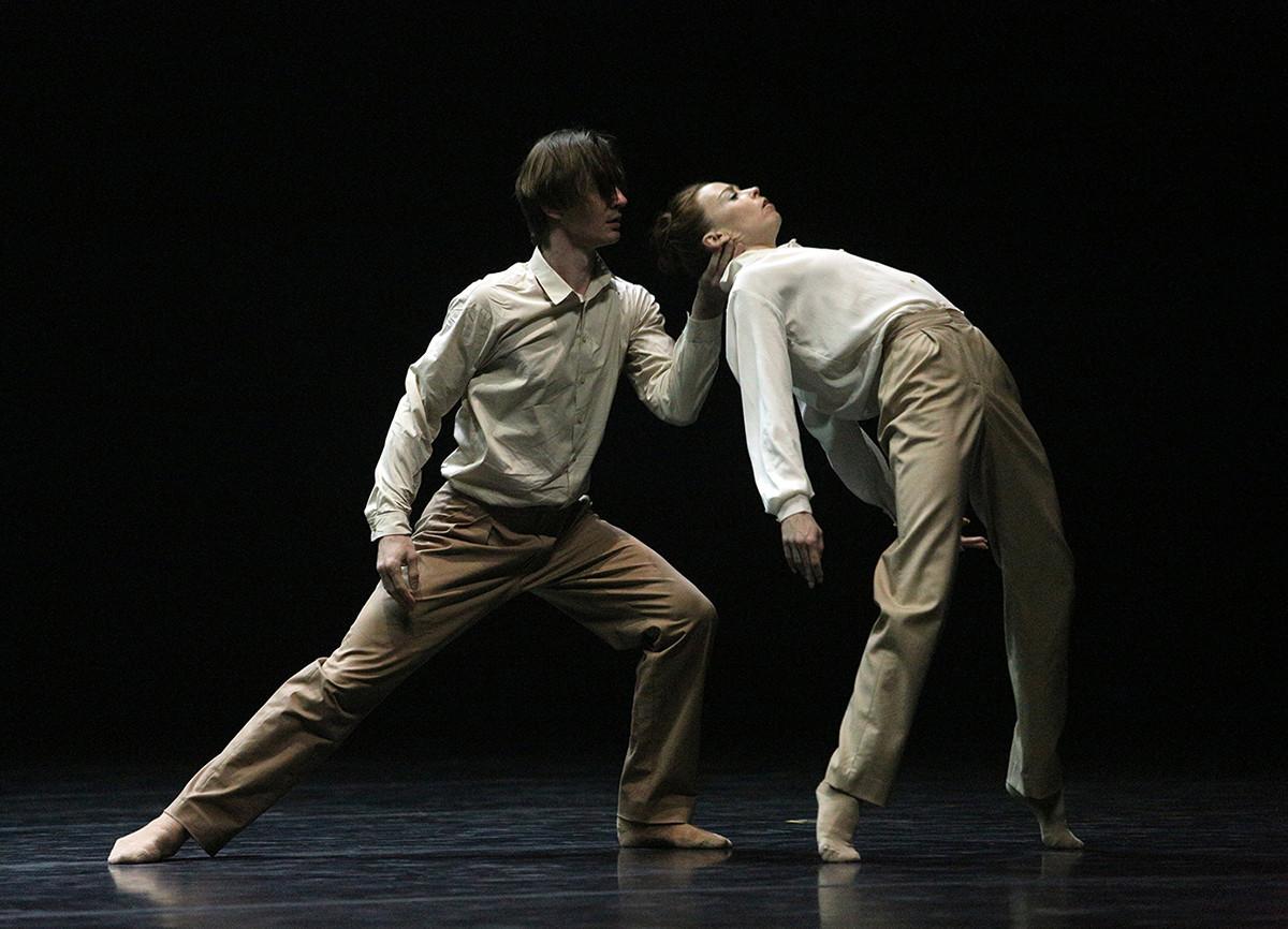 1幕バレエ「Fading」で演技するエカテリーナ・クルィサノワとウラディスラフ・ラントラートフ