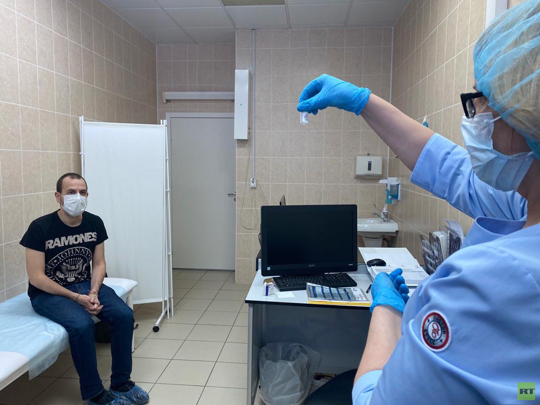 Carlos Moraga recibe la primera dosis de la vacuna Sputnik V. Moscú, 27 de septiembre de 2020.