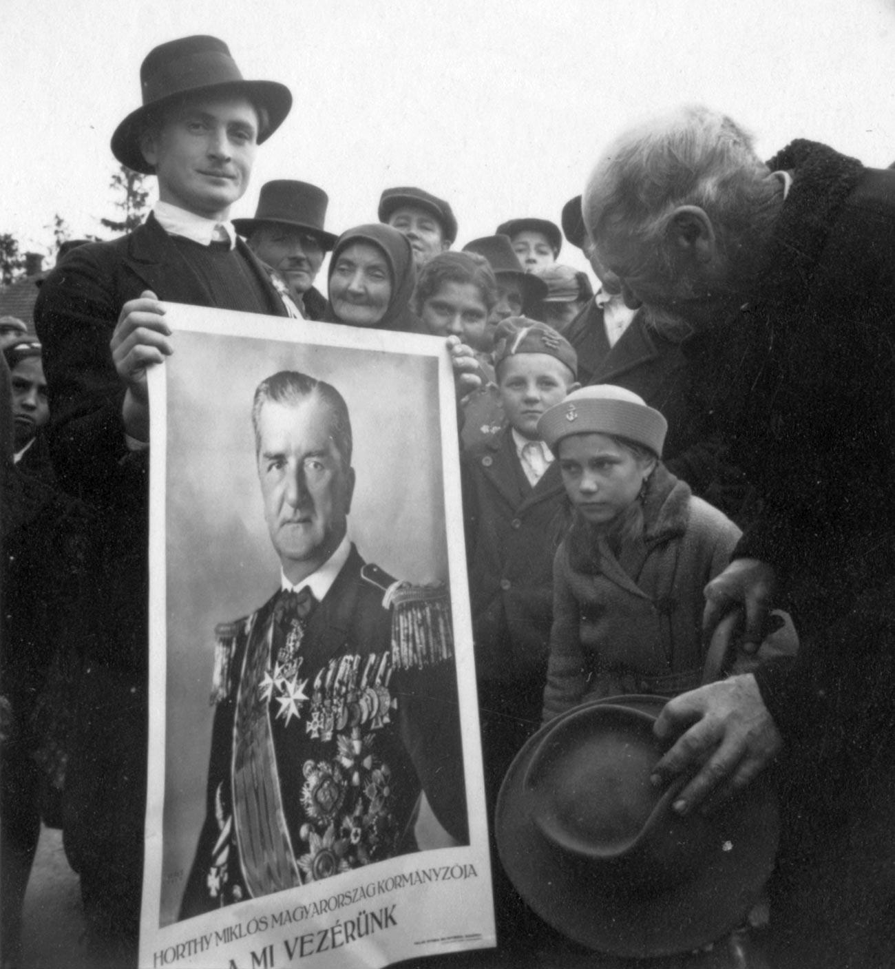 Унгарци со слика на Миклош Хорти.