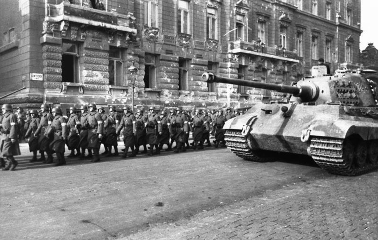 """Унгарска единица на """"Партијата на стреластиот крст"""" и германски тенк Tiger II во Будимпешта, октомври 1944 година."""