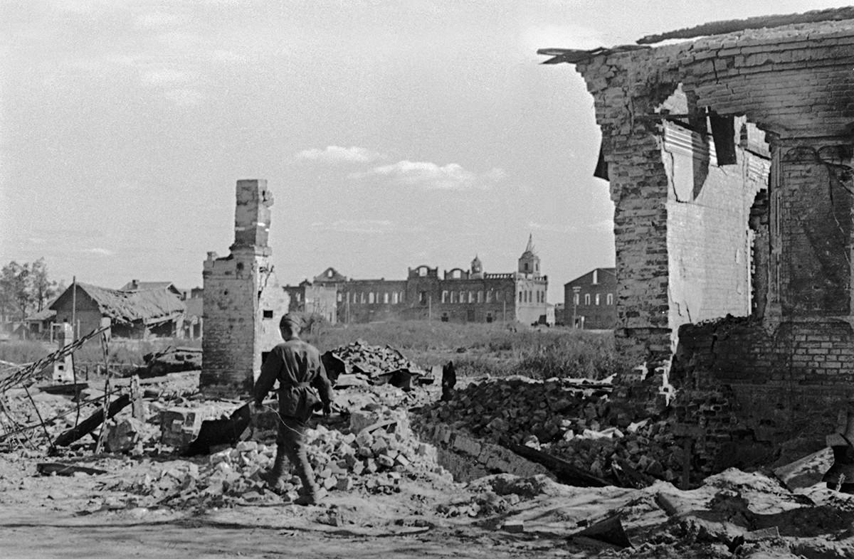 Un soldato sovietico cammina sulle rovine di Rzhev, dopo la liberazione dall'invasione nazista