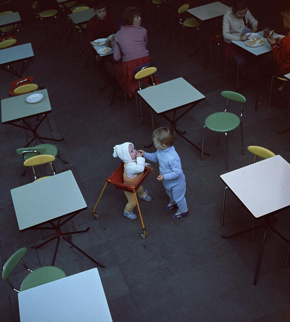 Bambini in una caffetteria di Mosca