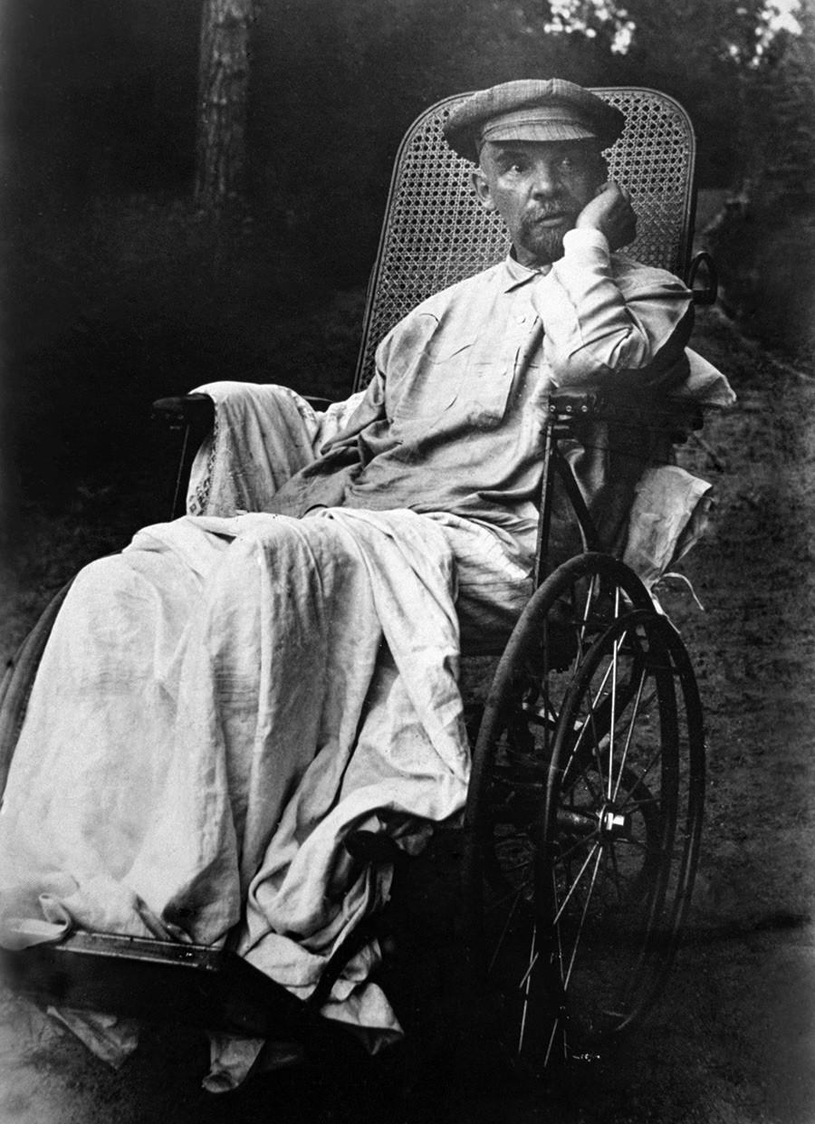 Vladimir Lenin su una sedia a rotelle nella tenuta Gorkij, visibilmente colpito dalla malattia. Luglio-agosto, 1923. Questa è una delle ultime foto del leader sovietico