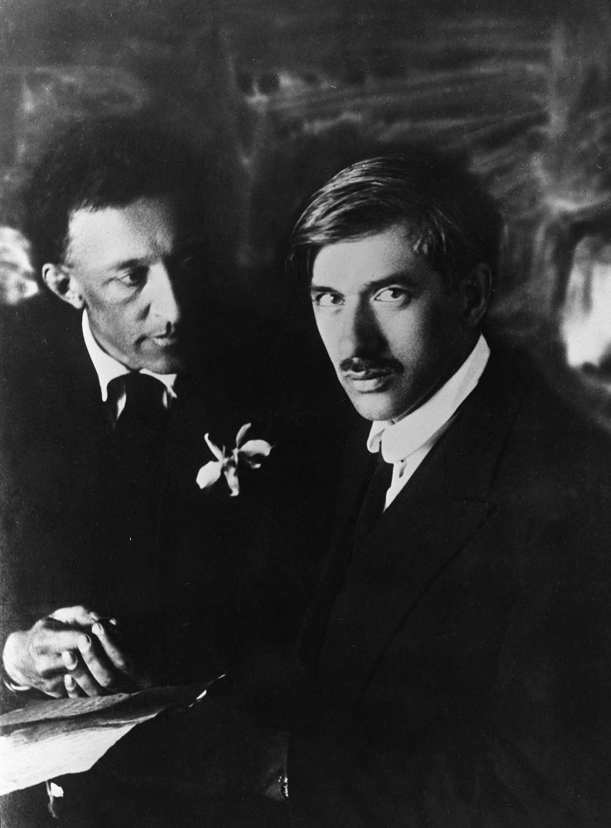 詩人アレクサンドル・ブローク(左)と作家コルネイ・チュコフスキー(右)