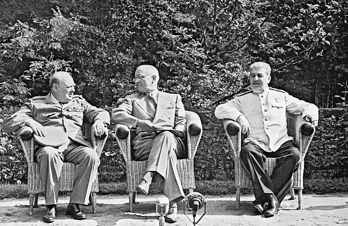 チャーチル英首相(左)、トルーマン米大統領(中)、スターリンソ連首相(右)、ポツダム会談にて