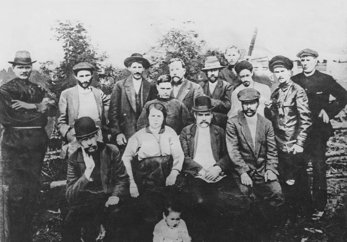 Bodoči sovjetski voditelj Josif Stalin (1879-1853) s skupino revolucionarjev v vasi Turuhansk leta 1915. Z leve proti desni: neznana oseba, Suren Spandarjan, Stalin, Lev Kamenjev, Grigorij Petrovski, Linde, Jakov Sverdlov, neznana oseba, (sedé): Fjodor Samojlov, Serguševa, Badajev in Nikolaj Šagov