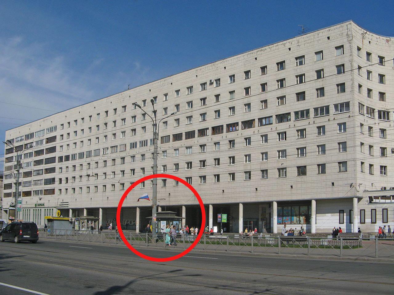 """Atrio del palazzo con al suo interno la sala d'ingresso alla stazione """"Ploshchad Muzhestva"""""""