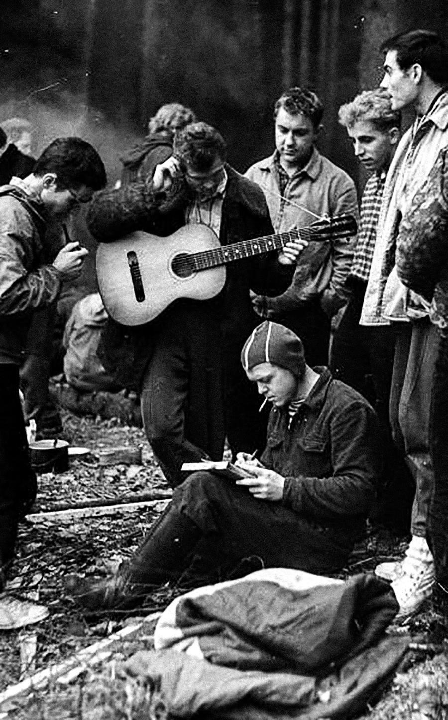 焚き火のそばのピクニック、1960年代