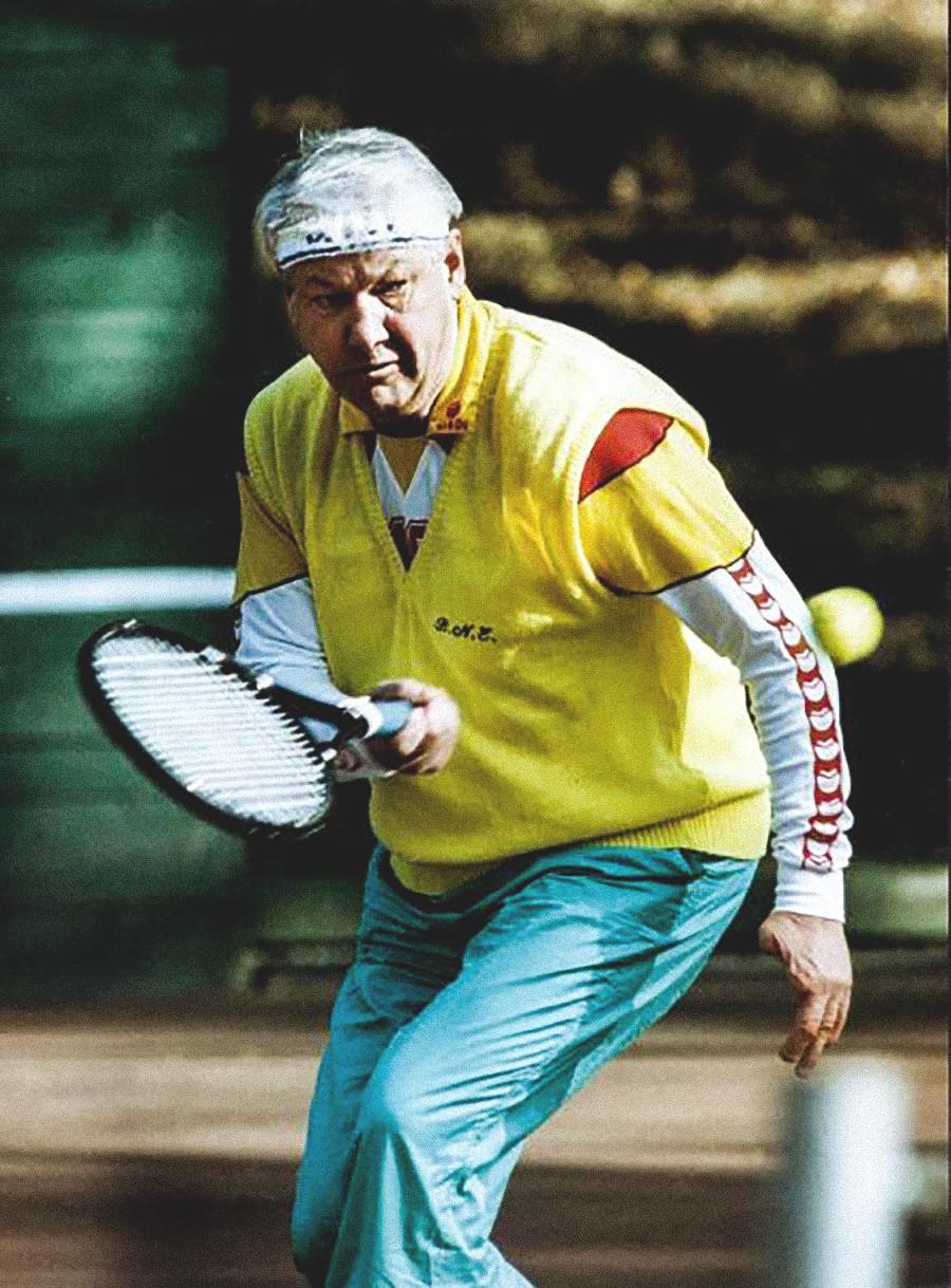 テニスをするロシア初代大統領、ボリス・エリツィン、1992年