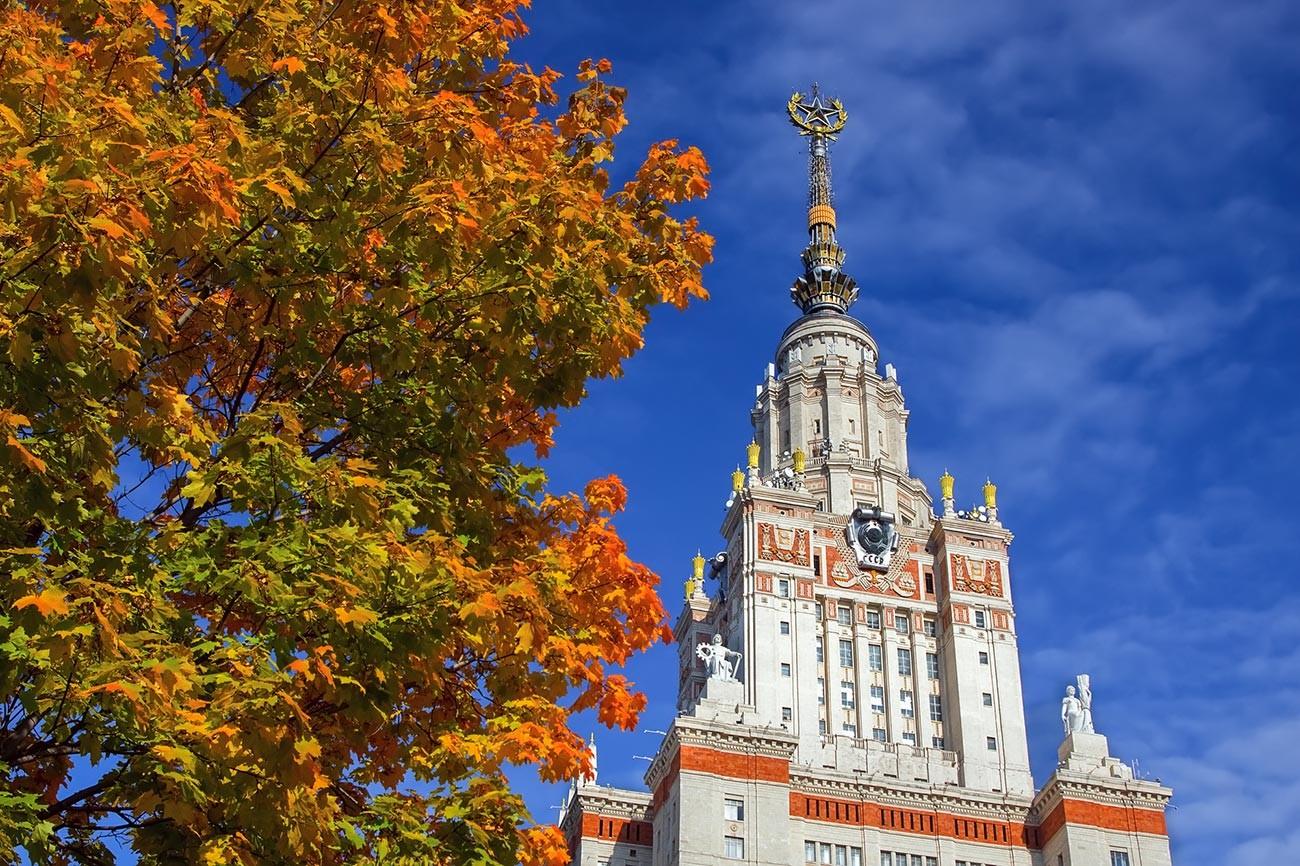 Musim gugur di kawasan Universitas Negeri Moskow.
