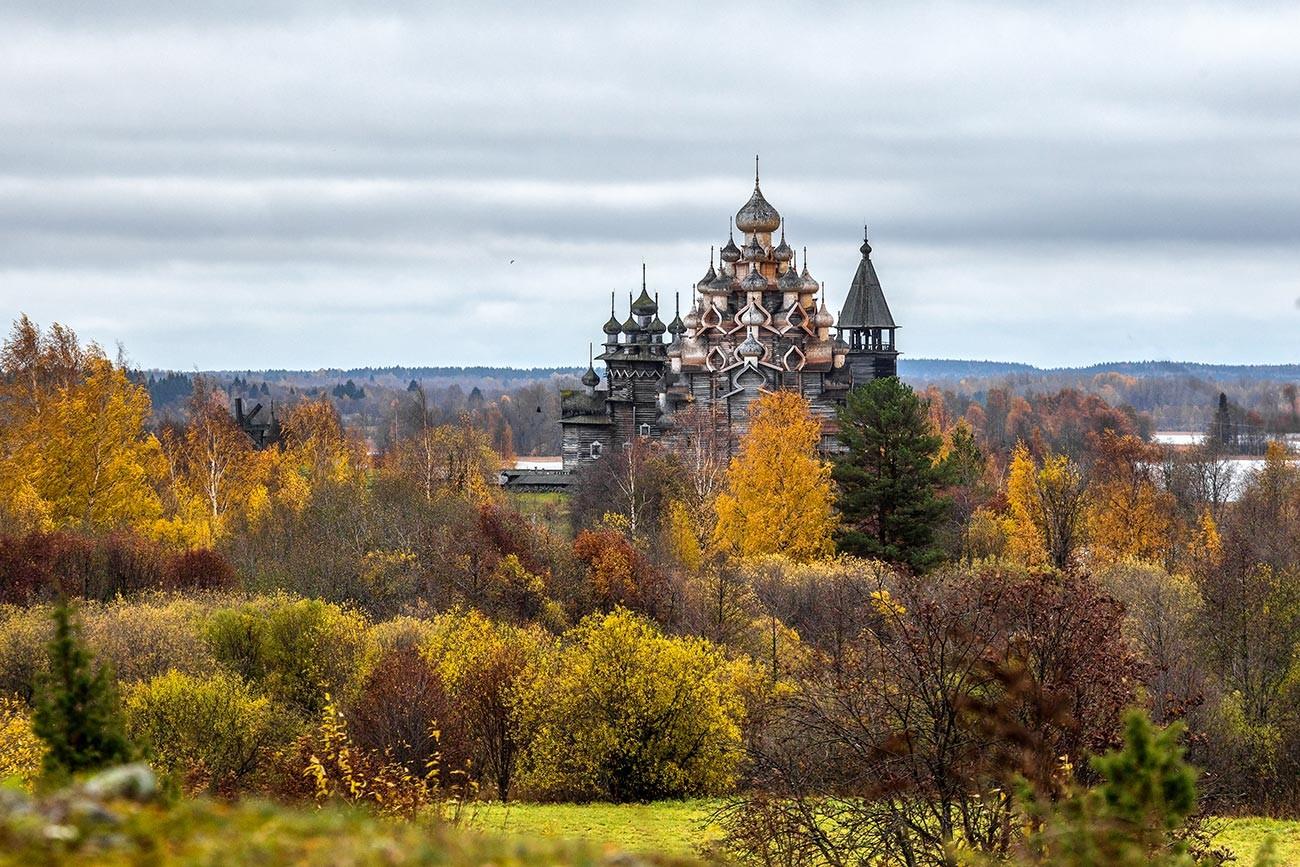 Musim gugur di ansambel arsitektur kayu Karelia Kizhi.