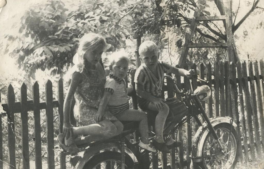Trio na mopedu.