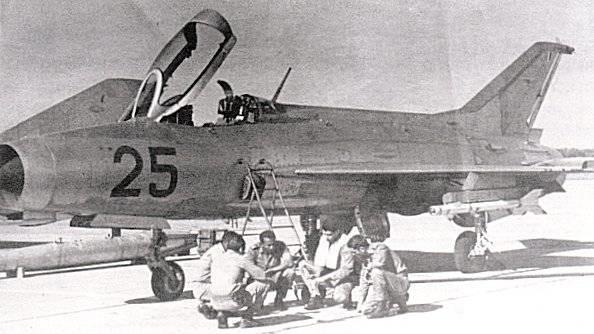 Un caza MiG-21F-13 de la Fuerza Aérea Cubana con misiles K-13.