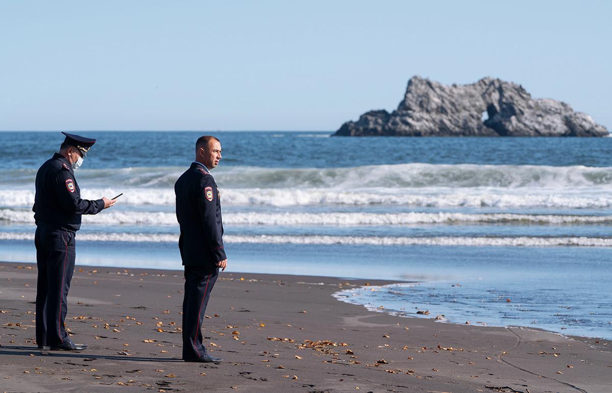 Employés du ministère de l'Intérieur du Kamtchatka sur la plage de Khalaktyrski