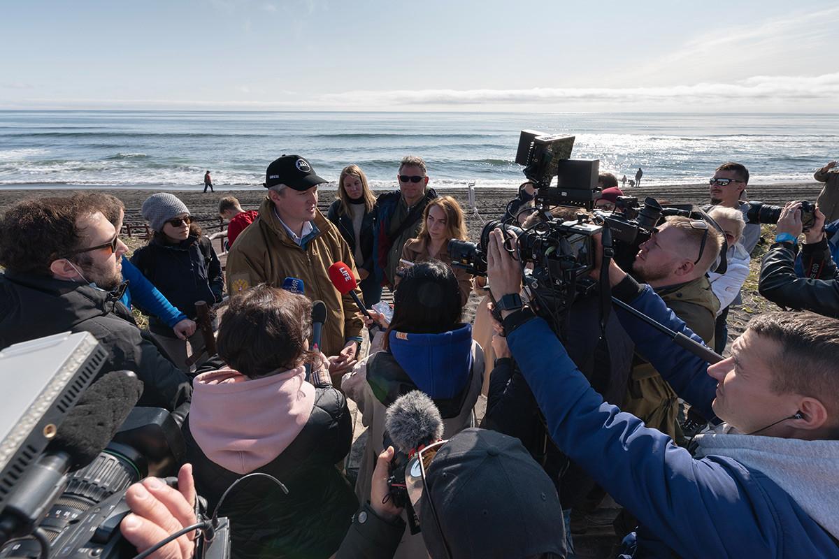 Vladimir Solodov, gouverneur du Kamtchatka, lors d'une interview sur la plage de Khalaktyrski