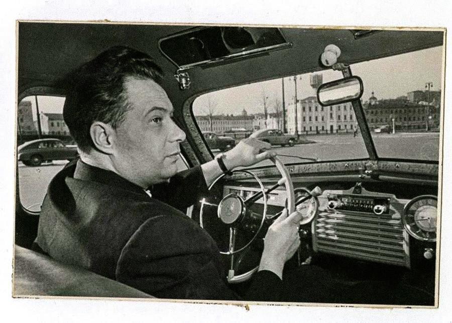 Il compositore Nikolaj Ozerov a bordo di un'automobile Pobeda, anni '50