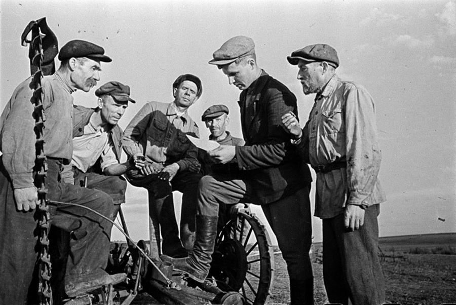 Le paysan Daniil Zernov avec ses co-villageois durant la Seconde Guerre mondiale, 1943