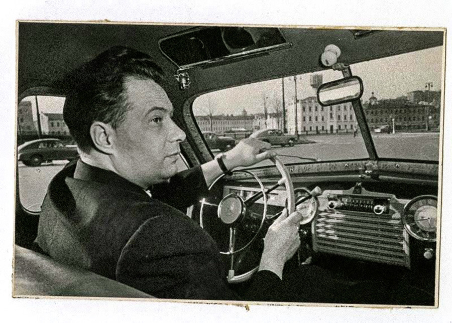Le compositeur Nikolaï Ozerov au volant d'une GAZ « Pobeda », années 1950