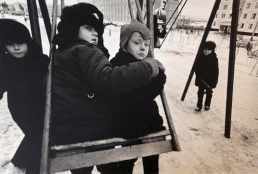 Giocando sull'altalena, 1970