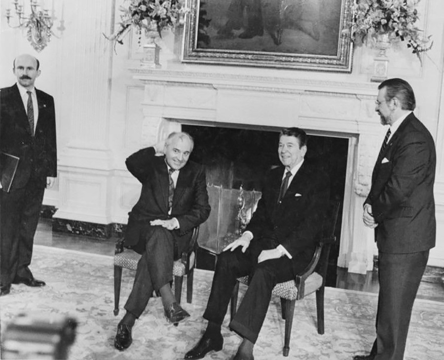 Meeting between Mikhail Gorbachev and Ronald Reagan at the White House, U.S., December 1987