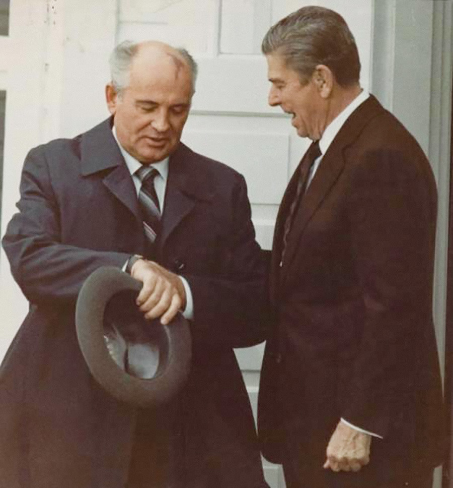 Время не ждет. Президент США Рональд Рейган и Генеральный секретарь ЦК КПСС Михаил Горбачев на саммите в Рейкьявике, октябрь 1986