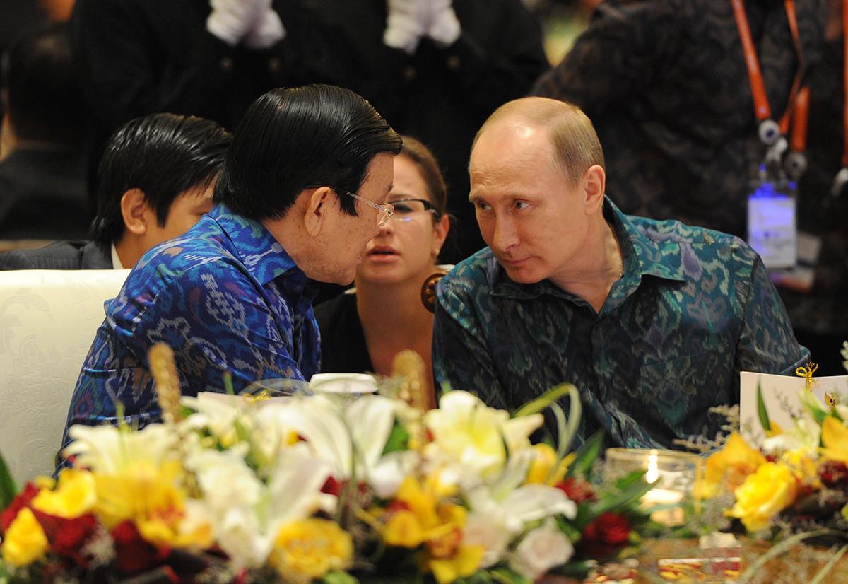 7 октомври 2013 г. президентът на Русия Владимир Путин (вдясно) и президентът на Китайската народна република (КНР) Си Дзинпин по време на среща в рамките на срещата на върха на държавните и правителственияфоруми на Азиатско-тихоокеанското икономическо сътрудничество (АТЕК) на остров Бали.