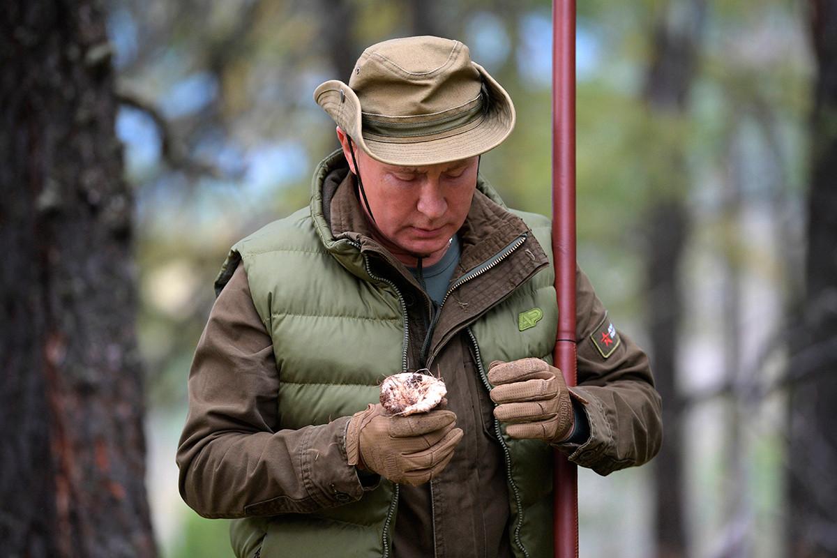 Putin saat berjalan-jalan di taiga, Siberia, 7 Oktober 2019.