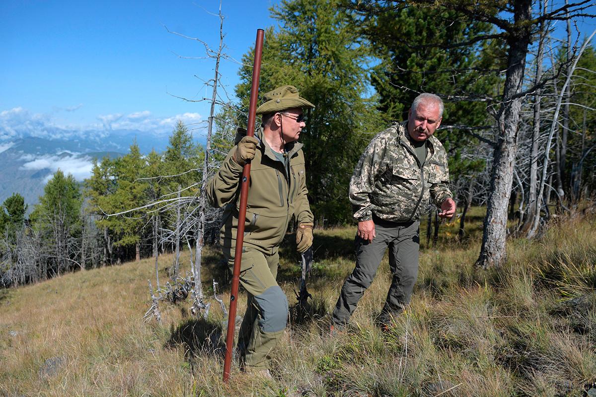 Putin dan Shergey Shoygu saat berjalan-jalan di taiga, Siberia, 7 Oktober 2019.