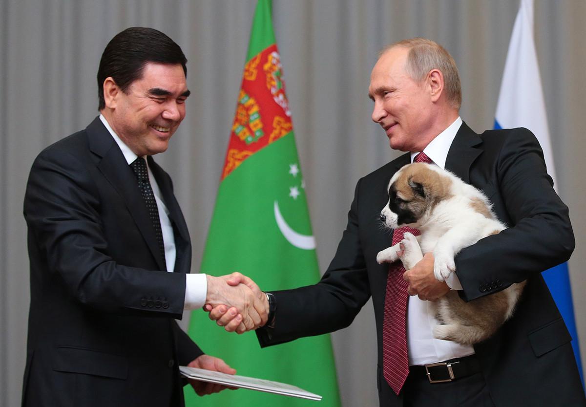 Presiden Turkmenistan Gurbanguly Berdimuhamedow (kiri) dan Presiden Rusia Vladimir Putin berjabat tangan pada pertemuan di pusat konferensi hotel Radisson Blu Resort.