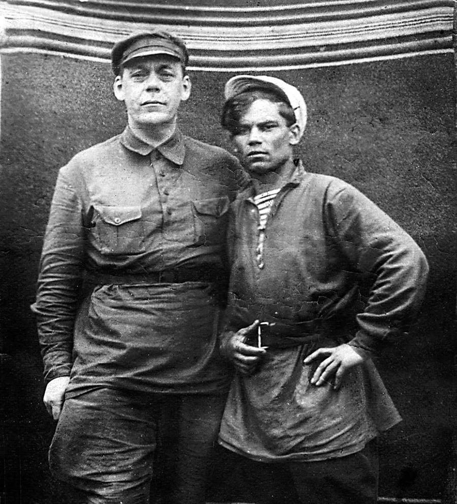 Komandan Merah Ivan Kashirin (kiri) dan anggota Komsomol Aleksey Pavlov, 1920-an.