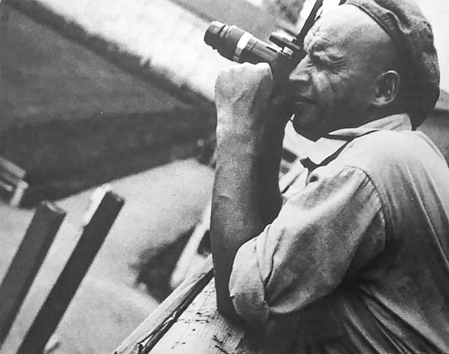 Fotografer ikonik Soviet Aleksandr Rodchenko di lokasi pembangunan Terusan Laut Putih, 1933.